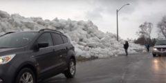 (Видео) Ледяное цунами изрядно напугало канадцев