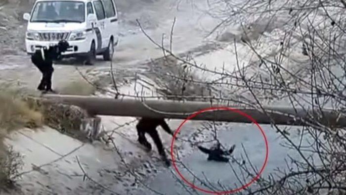 (Видео) Полицейские выстроились цепью, чтобы вытащить из бурной реки ребёнка