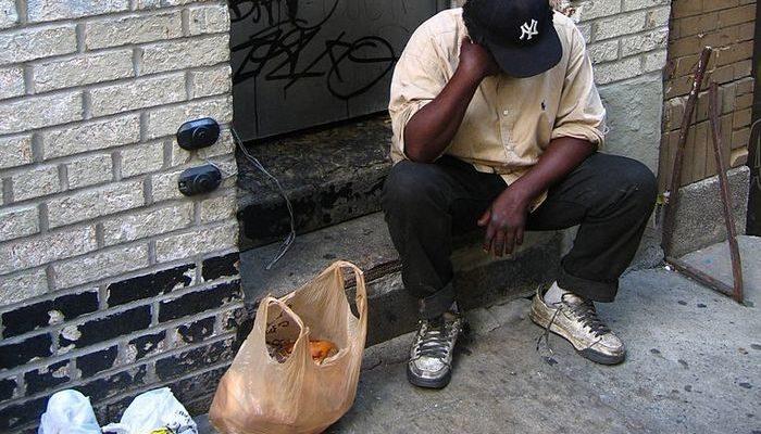 Полицейский увидел бездомного, ищущего еду в мусорном баке. Он пригласил его в кафе и купил обед!