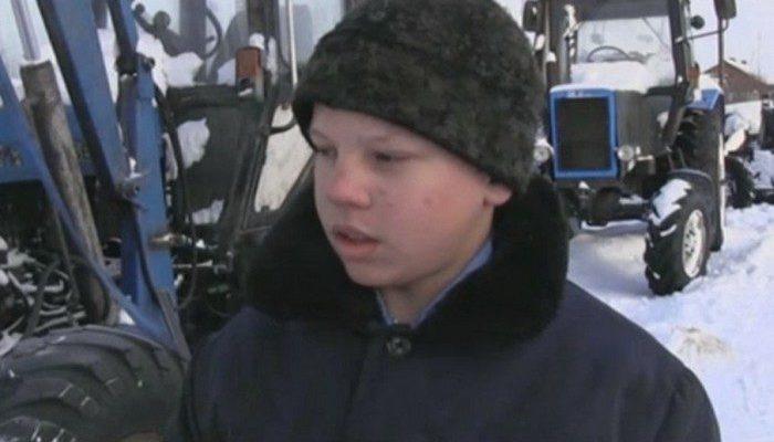 14-летний мальчик спас от огня целую деревню, вспахав землю вокруг селения на тракторе!