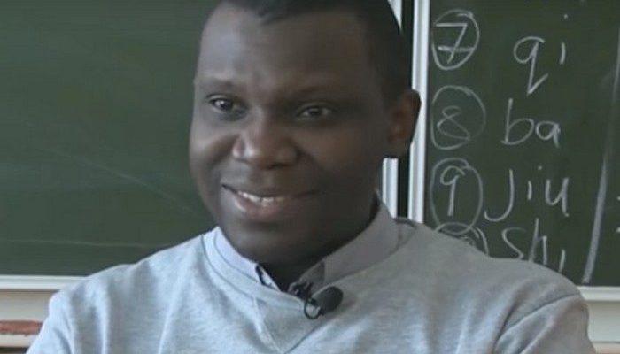 Африканец учит детей китайскому языку в Якутии. С помощью английского!