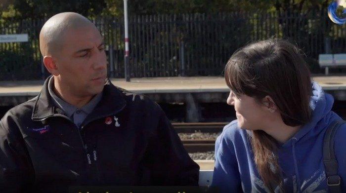 Девушка хотела броситься под поезд. Машинист остановил состав и вышел успокоить её