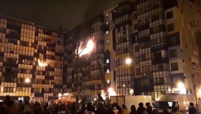 (Видео) Жители дома объединились и руками растаскивали автомобили, освобождая проезд пожарной машине