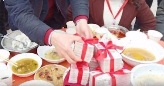 Китаец приехал на Новый год в родную деревню с подарками на 12 млн юаней