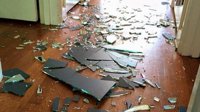 Разгневанный сын разбил зеркало в коридоре. Люди восхищаются тем, как мама отреагировала на это