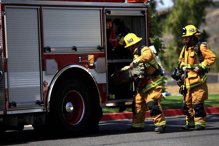 Травмированную маму увезли в больницу. Пожарные присмотрели за её сыном и даже отмыли дом от крови!