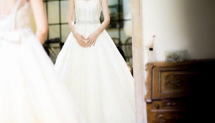 Невеста облегчила женщинам выбор нарядов на свою свадьбу. Она попросила их надеть свои свадебные платья!