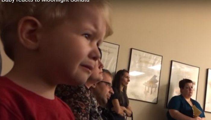 (Видео) 2-летний малыш плакал, слушая, как сестра играет «Лунную сонату» на фортепианном концерте