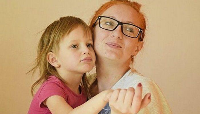 Хозяйка дворовой распродажи услышала разговор мамы с маленькой дочерью и отдала им всё бесплатно