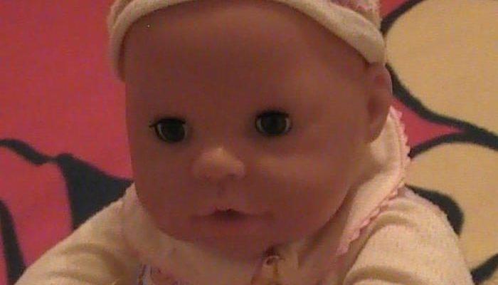 14-летняя девочка в рамках школьного курса выбрала заботу о кукле-младенце, считая это наиболее лёгким. Но задание довело её до слёз