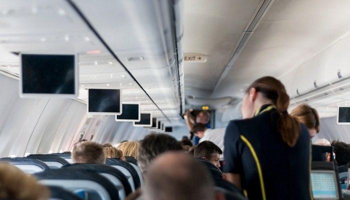 Пассажиры нервничали из-за задержки рейса. Пилот купил им 70 гамбургеров, чтобы подбодрить