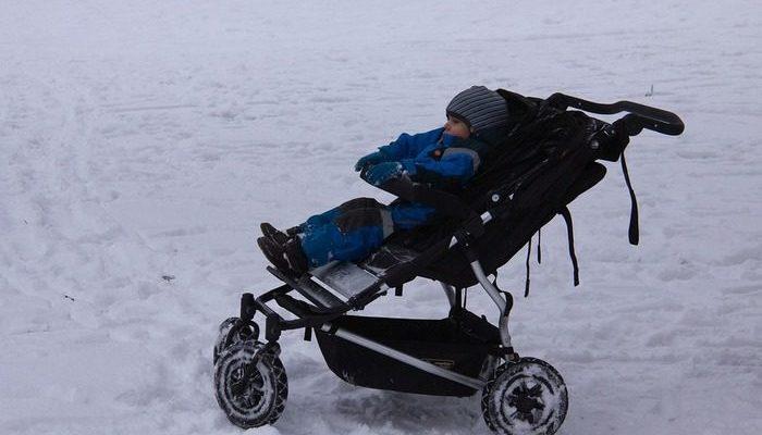 Подросток в 30-градусный мороз наткнулся на брошенную коляску с ребёнком и решил забрать его домой