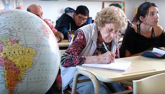 99-летняя бабушка учится в начальной школе и хочет освоить компьютер!