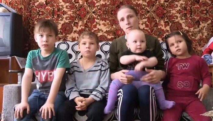 Женщина с детьми на руках выбежала из горящего дома. Полицейский бросился в задымлённое помещение за оставшимися там малышами!