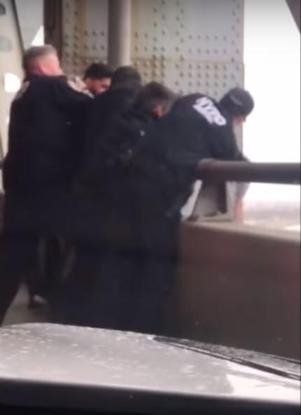 (Видео) Автомобилист в последний момент спас 79-летнего мужчину от прыжка с моста