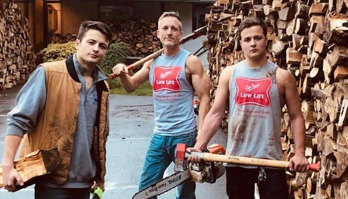 Отец с сыновьями нарубил 80 грузовиков дров, чтобы раздать их нуждающимся семьям. Они согрели дома и сердца людей!