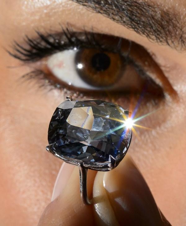 Женщина купила на блошином рынке кольцо с тусклым камнем за 13 долларов, а 30 лет спустя узнала, что это бриллиант весом 26 карат