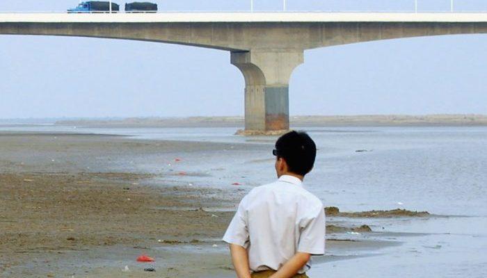 Хрупкая женщина схватила за руку спрыгнувшего с моста мужчину и удерживала его, пока не подоспела помощь!