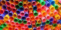 Эко-художник из 168 000 пластиковых соломинок собрал гигантскую волну, чтобы показать масштаб угрозы загрязнения