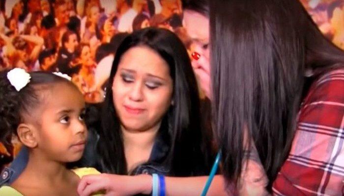 Женщина расплакалась на встрече с девочкой, в груди которой бьётся сердце её погибшего сына