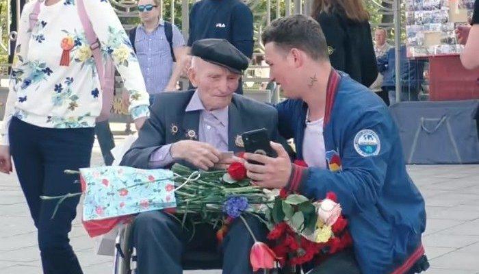 (Видео) Видеоблогер на 9 Мая поздравил ветеранов и раздал им 500 тысяч рублей