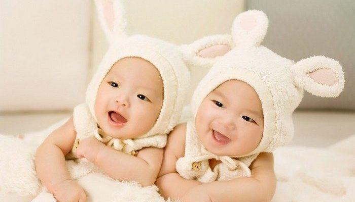 (Видео) Близняшки повздорили ещё в утробе матери. Кадры УЗИ впечатлили родителей и пользователей сети