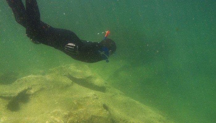 Дайвер тонул в 20 метрах от берега и звал на помощь. Подростки случайно услышали его крики и бросились в воду