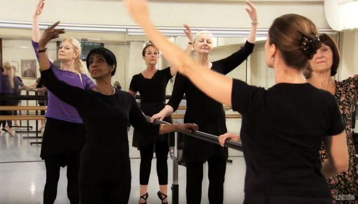 70-летние пенсионерки занялись классическим балетом для поддержания здоровья. И они счастливы!