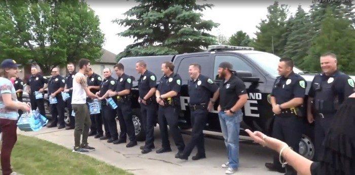 «Я хочу быть таким же, как мой отец». 18 полицейских приехали к сыну погибшего коллеги в честь окончания им школы
