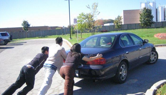 Сотрудники кафе дотолкали машину пожилого мужчины до парковки, и на этом не остановились!