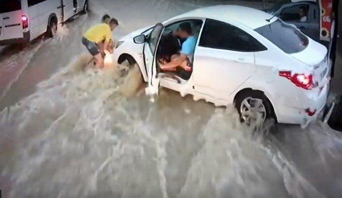 (Видео) Девушка спасла мальчика, уносимого дождевым потоком: «Я испугалась, что меня саму снесёт»