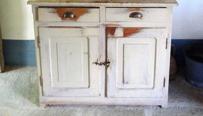 Пара купила подержанный шкаф и обнаружила внутри металлическую коробку с 95 000 евро!