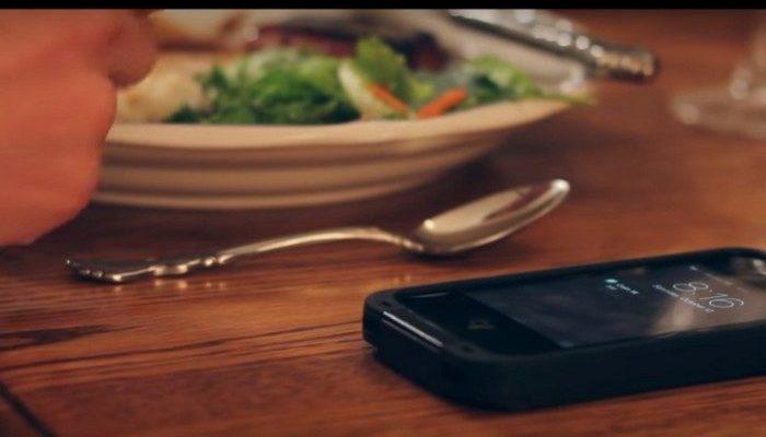 (Видео) Взрослые сыновья во время семейного ужина занялись отправкой СМС-сообщений. Урок возмущённого отца запомнится им надолго