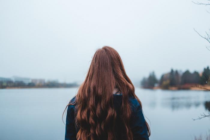 16-летняя девушка из-за депрессии не расчёсывала волосы несколько месяцев. Парикмахер потратила 13 часов, чтобы помочь ей