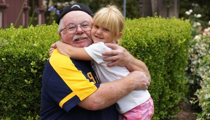 Девушка соскучилась и захотела взглянуть на дом умершего дедушки через карты Google. И вдруг увидела дедушку в саду!