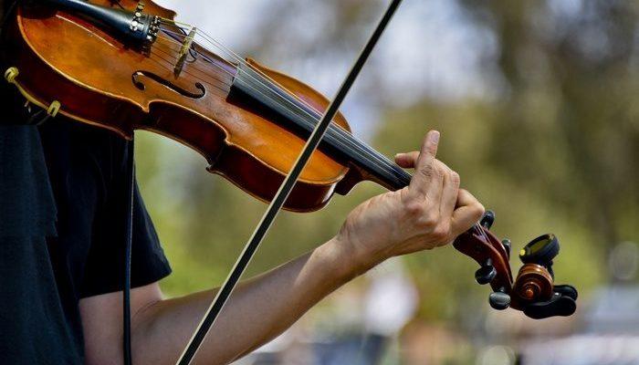 Юный музыкант потерял скрипку. Петербуржцы за 4 часа собрали деньги на новую