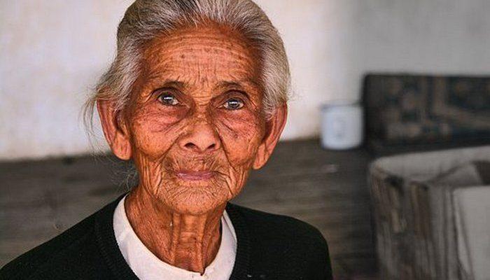 96-летняя старушка от страха схватила за руку соседа в самолёте. Его реакция покорила сердца очевидцев