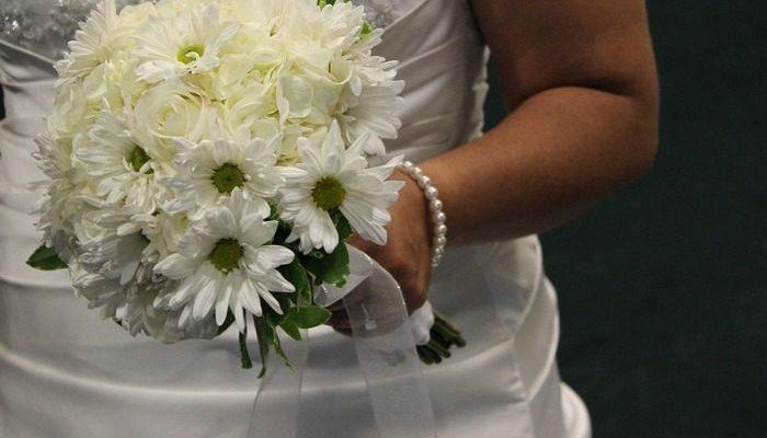 Он по 30 раз в день предлагал ей пожениться, а она отказывала. И вот он пришёл на свадьбу к другу и увидел её в свадебном платье