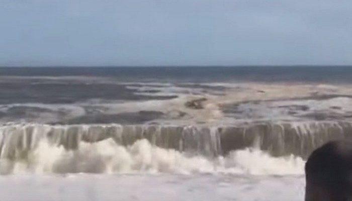 Морской пехотинец бросился в 3-метровые волны, чтобы вытащить незадачливого пловца
