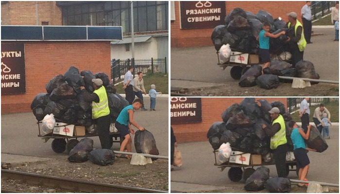 Носильщик растерял мусорные мешки на переезде. На помощь ему бросился незнакомый мальчуган