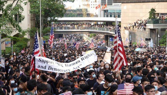 Протестующие Гонконга обратились за поддержкой к США. Правительство района расценивает это как призыв к иностранному вмешательству