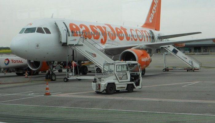 Пилот самолёта не вышел на работу. Тогда его место занял один из пассажиров