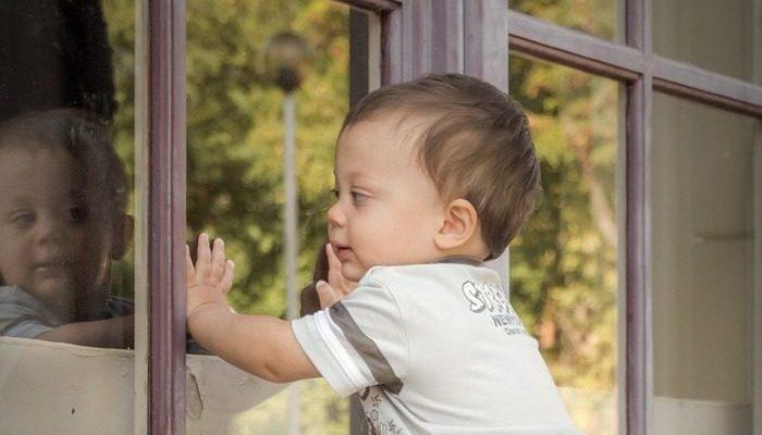 2-летний ребёнок гулял по подоконнику открытого окна на 19 этаже, пока его не заметили две школьницы