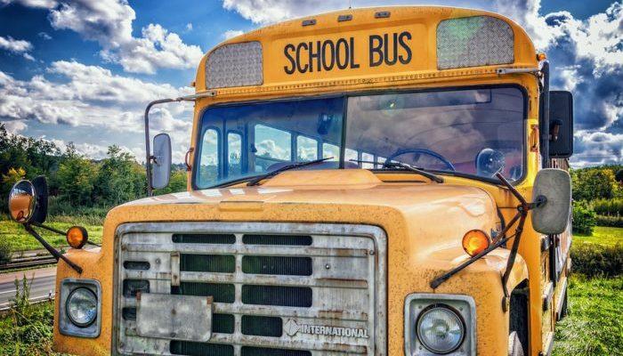 Семья с маленькими детьми жила в сломанном автобусе и с ужасом ждала приближения зимы. Но вместо снега на них «свалилась» помощь
