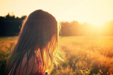 девочка в поле на закате