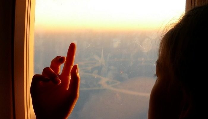 Глухая девочка-подросток впервые летела одна на самолёте и очень волновалась, но стюардесса написала ей записку