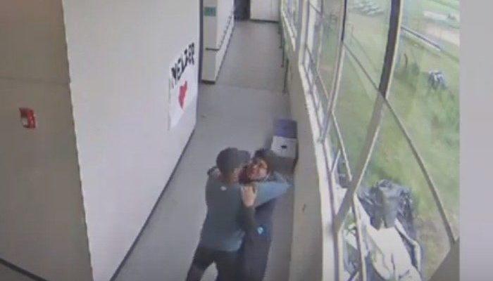 (Видео) Простые объятия предотвратили кровавую бойню в школе