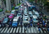 (Видео) Слепой не успел перейти дорогу и испуганно замер, когда автомобили тронулись. Мотоциклист придумал, как ему помочь