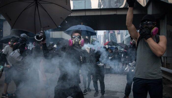 Демонстрации в Гонконге продолжаются, и полиция ужесточает тактику. А по всему миру проводят акции в поддержку митингующих