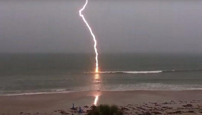 (Видео) Мужчина поймал на камеру вторичные удары молнии, пугающие и прекрасные!